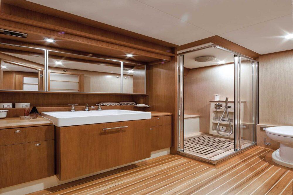 DOLPHIN 64′ CRUISER - Interior