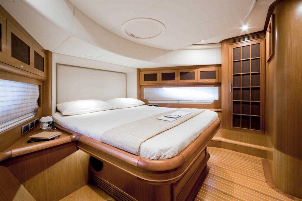 DOLPHIN 74′ CRUISER - Interior